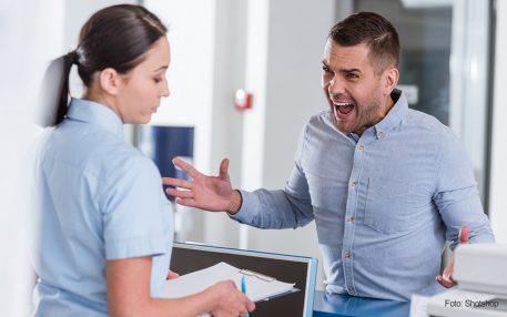 Wie man mit Aggressionen am Empfang umgeht